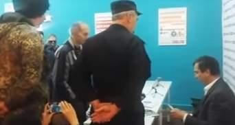 """""""Казаки"""" штурмовали штаб Навального и обвинили его в поддержке Бандеры"""
