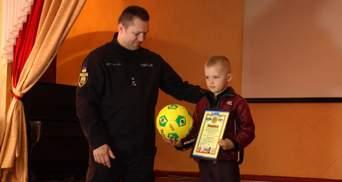 Поліція нагородила 7-літнього хлопчика, який виявив сховок з гранатами і врятував друзів
