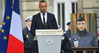 Бойфренд убитого на Елисейских полях полицейского поразил эмоциональной речью на похоронах