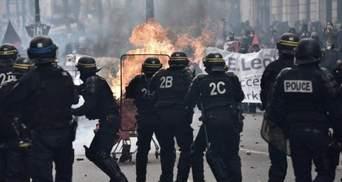 """""""Коктейли Молотова"""" и слезоточивый газ: радикалы устроили серьезные беспорядки в Париже"""