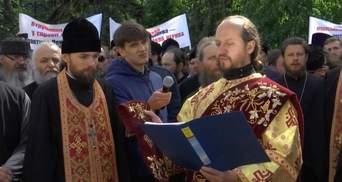 Новинский vs. Супрун: церковники устроили митинг и молились против реформ