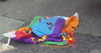 """Між """"правими"""" і учасниками """"КиївПрайду"""" виник конфлікт: націоналісти спалили прапор"""