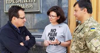 Народные депутаты продолжают голодовку под Администрацией Президента