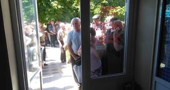 """Как пенсионеры из """"ЛНР"""" штурмуют банкомат за  украинской пенсией: фотофакт"""