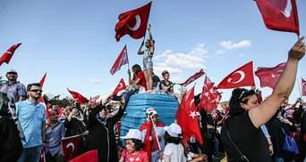 Річницю невдалого перевороту в Туреччині зустріли багатотисячним мітингом: яскраві фото