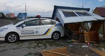 Маршрутка після аварії знесла пост поліції на Рівненщині