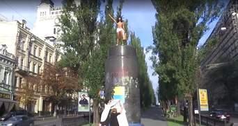"""Обнаженная активистка FEMEN устроила """"спектакль"""" на постаменте Ленина"""