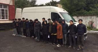 Поліція викрила перевезення 20 нелегальних мігрантів: фото