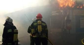 Масштабный пожар в Киеве удалось потушить: спасатели рассказали детали