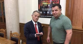 Джемілєва нагородили іменною вогнепальною зброєю