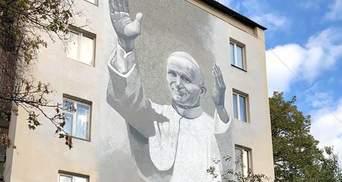 Поліція зацікавилась плюндруванням муралу з образом Папи Івана Павла ІІ