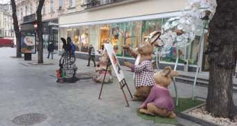 Після ведмедів у Києві горіли зайці біля магазину Roshen у Львові: з'явились фото