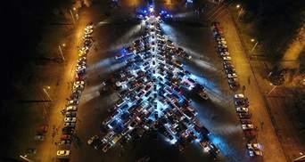 В Запорожье создали новогоднюю елку из сотен автомобилей: видео