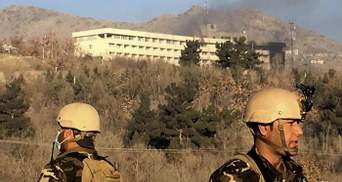 Теракт в Кабуле: в сети появились жуткие видео, как люди спасаются из отеля в Кабуле
