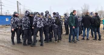 """У Києві члени """"Національної дружини"""" валили паркан законного будівництва: втрутилася поліція"""