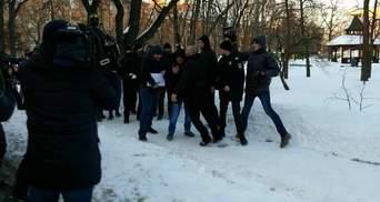 Активисты встретили выход Крысина из суда плевками и пинками: фото, видео