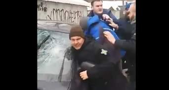 Разнесли машину и чуть не избили людей: активисты с кулаками задерживали обидчиков Левченко