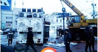 В Киеве неизвестные в масках разбили ряд киосков и украли несколько МАФов