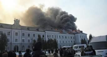 Велика пожежа у екс-військовій частині у Хирові на Львівщині: остання інформація та фото