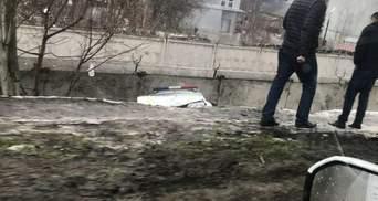 В Одессе автомобиль патрульных упал с моста