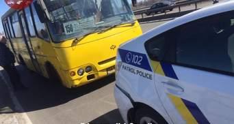 В Киеве автобус, у которого отказали тормоза, врезался в полицейское авто