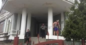 Вооруженные титушки штурмуют дом с переселенцами в Киеве, – нардеп