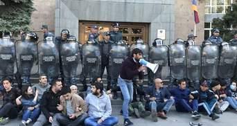 Під час протестів у Єревані затримали майже 100 людей