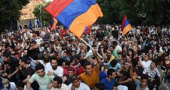 У Вірменії через протести зупинили рух поїздів