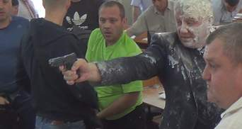Депутат влаштував стрілянину на сесії міськради Нікополя: фото і відео