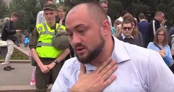 В Николаеве соратнику Медведчука подсунули вместо микрофона фаллоимитатор: появилось видео