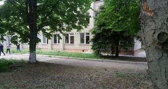 Вибиті шибки і поламані дерева: моторошні наслідки обстрілу школи у Світлодарську