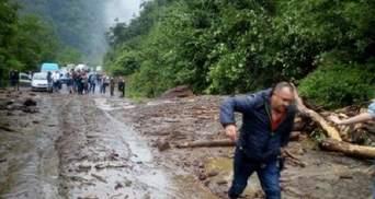 Масштабний зсув ґрунту на Закарпатті заблокував дорогу національного значення: фото