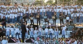 В Харькове во время флешмоба сотни детей исполнили известные мировые хиты: видео и фото
