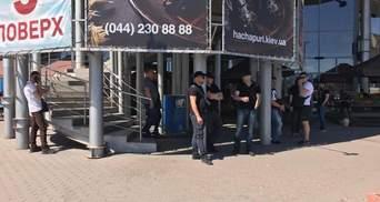 """В Киеве """"титушки"""" заблокировали торговый центр: подробности инцидента"""