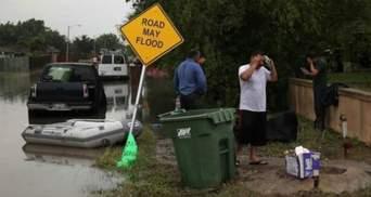 Вода на улицах доходила до уровня плеч: непогода на юге США затопила дороги, машины и дома