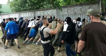 Члены С14 снесли забор в Конча-Заспе: на место прибыла полиция (фото)