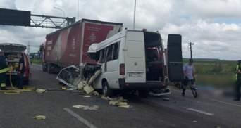 Смертельна ДТП на Житомирщині: щонайменше 10 загиблих внаслідок зіткнення маршрутки та фури