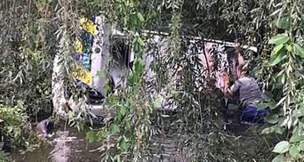 Полицейское авто во время погони слетело в реку под Киевом: фото и видео
