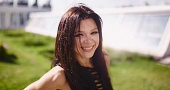 Співачка Руслана похизувалась стрункою фігурою на фоні свого екобудинку: фото