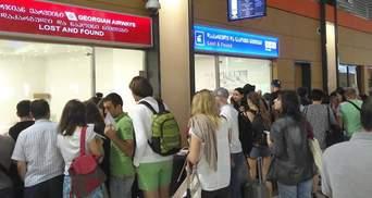 Украинцы остались без багажа в Тбилиси после 13-часовой задержки рейса Yanair: фото и видео