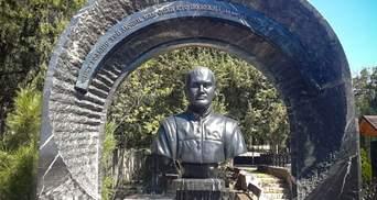 На кладбище в Севастополе появился бюст Януковичу-младшему: фото и видео