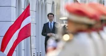 Канцлера Австрії у Македонії помилково зустріли латвійським прапором
