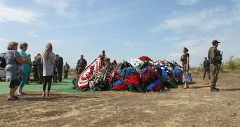 """""""Так ховають безхатченків"""": у мережі обговорюють фото з могили Захарченка"""