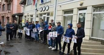 Скандал з угорськими паспортами: активісти на мітингу вимагали закриття консульства у Береговому