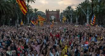Відзначення річниці референдуму у Барселоні переросли у сутички з поліцією: фото, відео