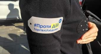 У Києві з чорними парасолями проходить акція до Дня боротьби з рабством: фото та відео