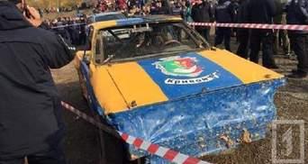 В Кривом Роге автомобиль, участвовавший в гонках, врезался в толпу людей: видео