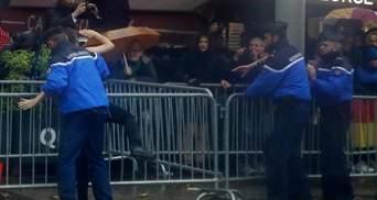 Обнаженные активистки Femen бросились к кортежу Трампа в Париже: фото и видео