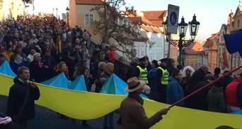 У Празі під час масової ходи розгорнули прапор України: відео