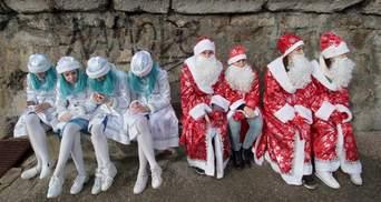 """Снігурки у кокошниках і """"Нічні вовки"""": в окупованій Ялті провели парад Дідів Морозів"""